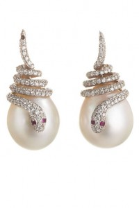 elle-15-sidney-garber-pearl-snake-diamond-earrings-xln-lgn